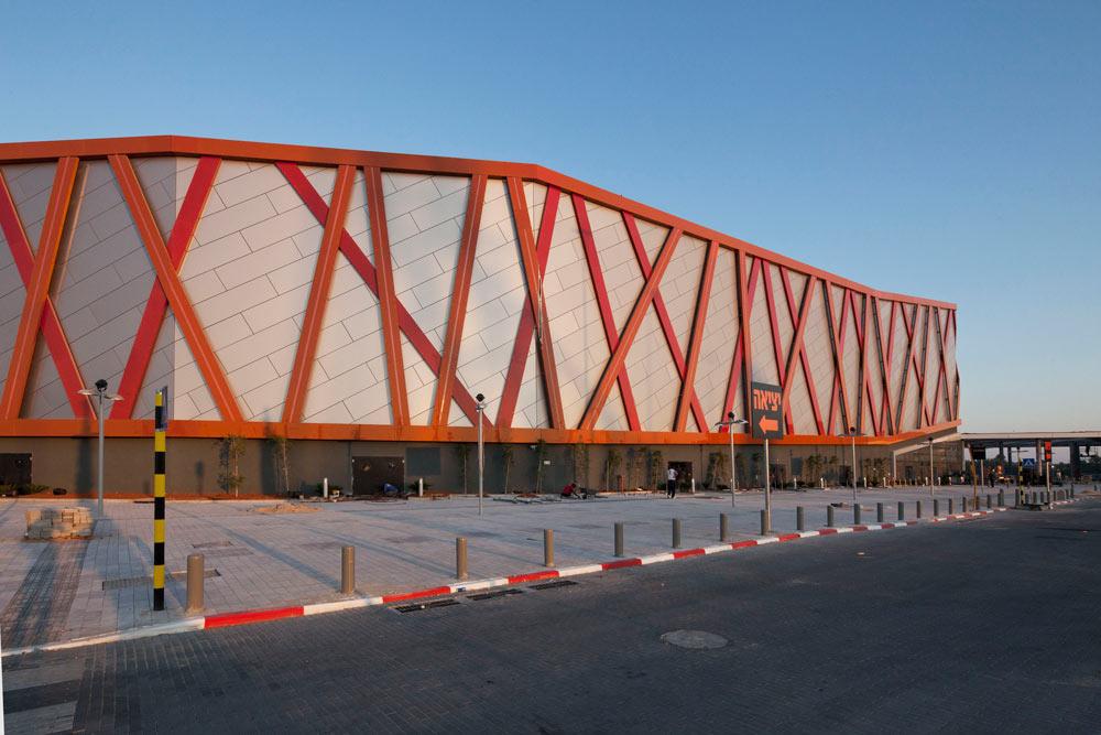 הבניין הוא מנסרה מתפתלת ואטומה לעולם החיצון. ''בניינים מסוג זה מבקשים להתנתק מסביבתם'', מסביר האדריכל יוסי סיון (צילום: אביעד בר נס)