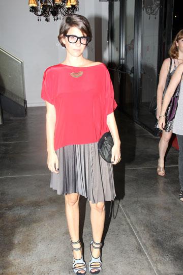 דפנה לוסטיג. חולצה וחצאית מעמנואל, נעליים של טביטה סימונס (צילום: ניר פקין)
