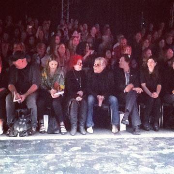 רוברטו קוואלי ותמרה יובל ג'ונס בשורה הראשונה בשבוע האופנה תל אביב (צילום: יעל רגב)