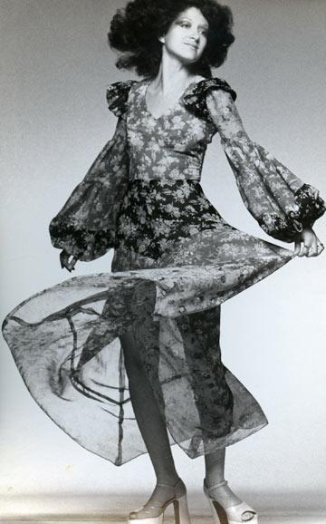 תמרה יובל ג'ונס בשבוע האופנה בשנות ה-70. ''תצוגות האופנה עלו ברמה של הפרפורמנס, אלא שאף אחד לא לובש את הבגדים'' (צילום: בן לם)