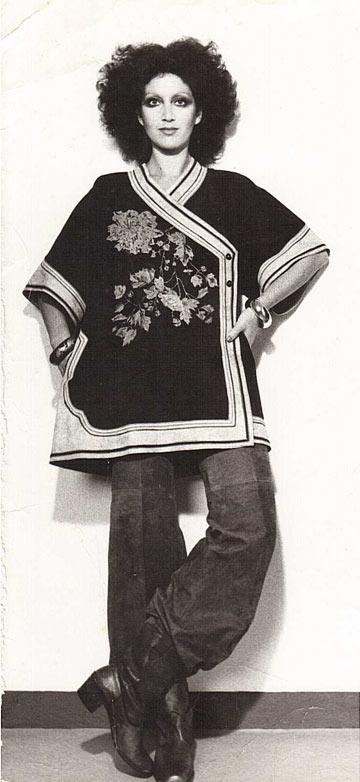 תמרה יובל ג'ונס בקימונו מזמש מודפס בשנות ה-70 (צילום: פיטר הרצוג)