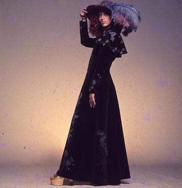 תמרה יובל ג'ונס במעיל קטיפה מצויר ביד בתחילת שנות ה-70  (צילום: טים ג'ונס)