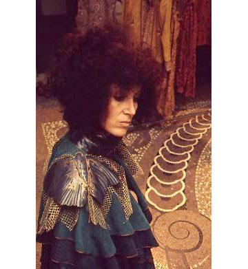 תמרה יובל ג'ונס עם בגד שעיצבה בשנות ה-70, בסטודיו של קוואלי (צילום: טים ג'ונס)
