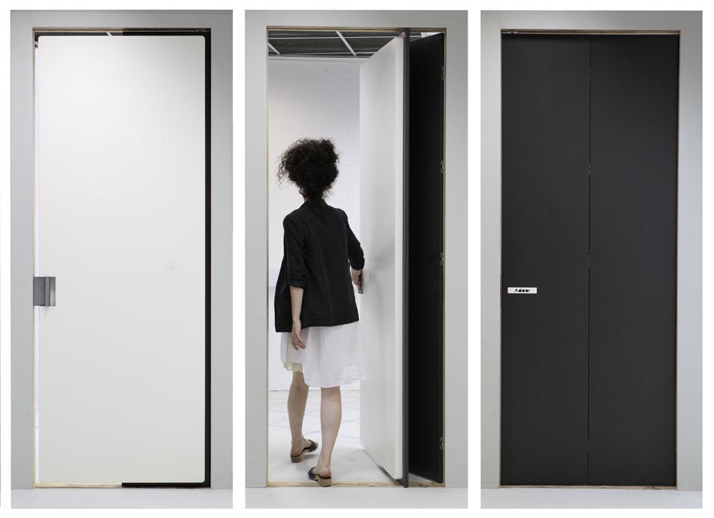 דלת הקסמים של הדר גורליק (ראו סרטון מצורף בראש העמוד). פרקטית לחללים קטנים ואינטימיים, למי שאינו חרדתי מאוד (צילום: תמי דהן)