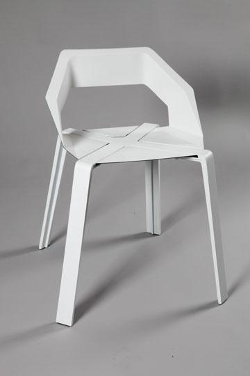 כיסא המתכת של אייל כרמי (צילום: תמי דהן)
