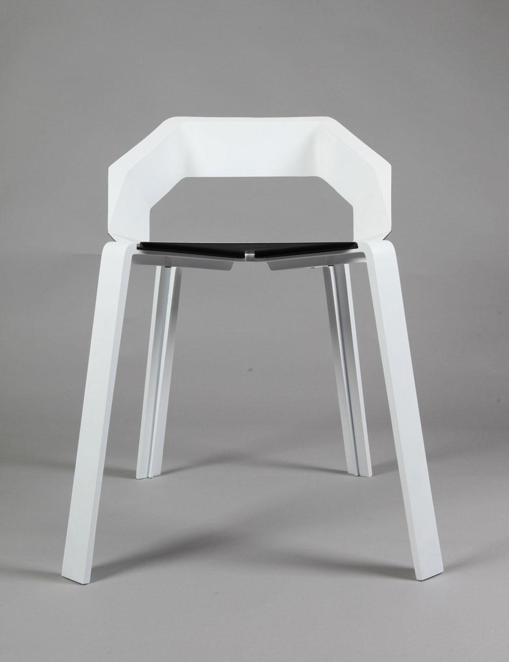 מי צריך עוד כיסא? אז זהו, שאייל כרמי שיכנע אותנו שצריך. פרויקט מנומק של כיסא מתכת המשלב חוזק ואסתטיות (צילום: תמי דהן)