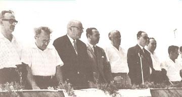 פנחס ספיר (שלישי משמאל) גוזר את הסרט בטקס חנוכת קיראון (באדיבות ארכיון לוטן אדריכלים)