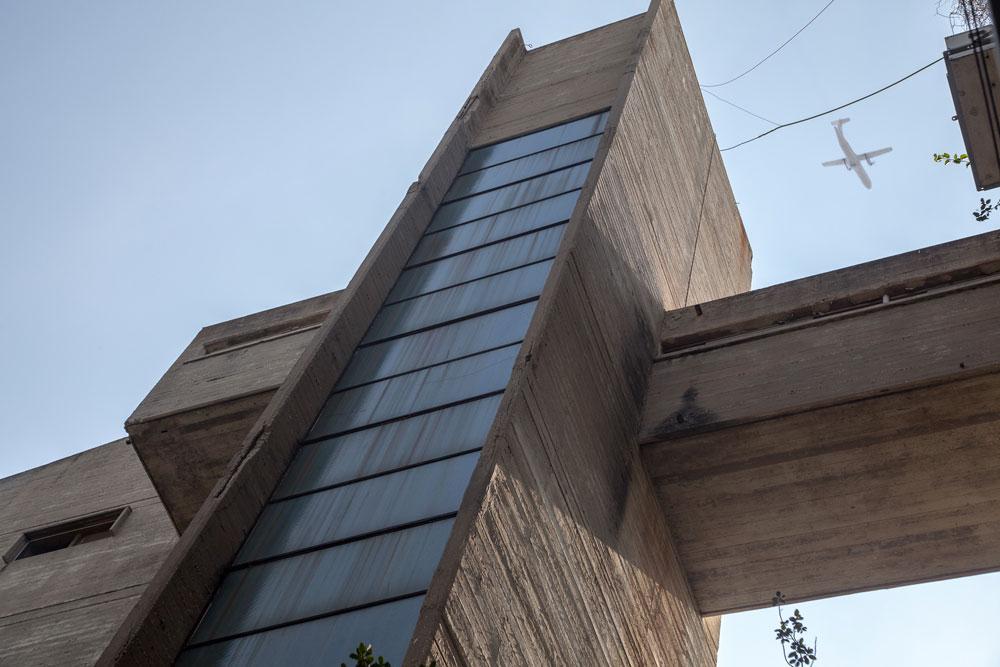 הגשרים של קיראון: מחברים את ''הרחוב באוויר'' בין בניינים שונים במתחם, ושוברים את האופקיות המודגשת של החזיתות. דיירים לא רוצים לצאת מכאן (צילום: טל נסים)