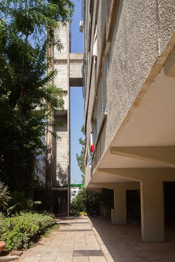 מגדל מעלית מחובר בגשרים ל''רחובות באוויר'', הממוקמים בקומה החמישית (צילום: טל נסים)