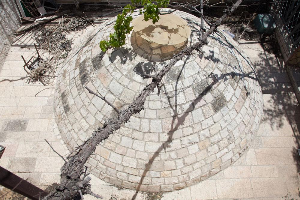 כיפת האבן שבמרכזה פתח זעיר, המחדיר אור יום לבית המוצל. זו אחת משתי הכיפות העתיקות הגדולות ברובע, מציין בן חורין (צילום: טל נסים)