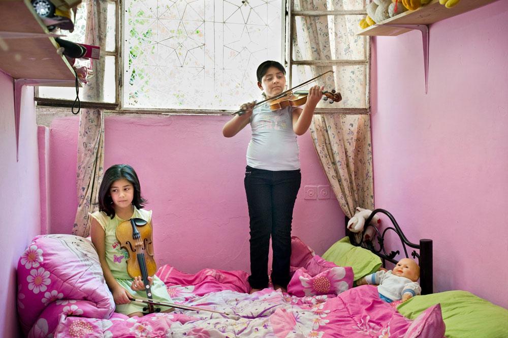 רים וראניה, בית לחם 2009. בובות כזכר אחרון לילדות: ''גיליתי נשים שהן על סף הבגרות, אבל אוחזות באופן נואש בילדה שבהן'', אומרת מטר (צילום: Rania Matar)