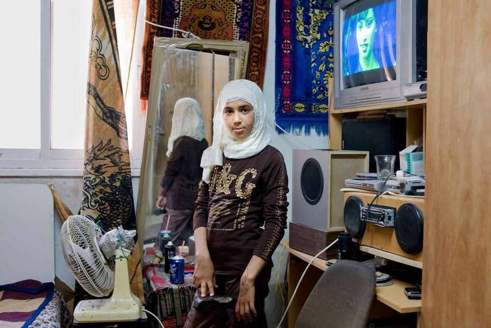 שאיפה, ירושלים 2009. מראה היא חלק חשוב בחדריהן של הנערות (צילום: Rania Matar)