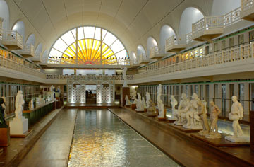 בתאי המקלחות שיבצו חללי תצוגה זעירים של פריטי אומנות מקומיים (צילום: Alain Leprince/musée La PIscine 2012)