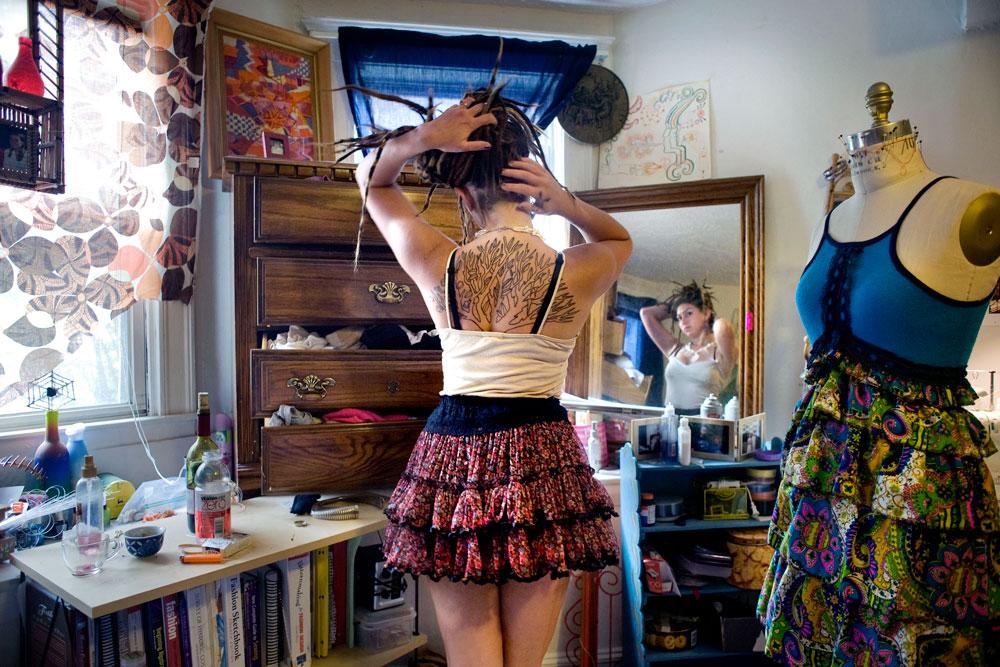 שאנון, בוסטון 2010. מטר גילתה שני דברים שחשובים במיוחד לנערות בחדריהן: מראה שתשקף את בבואתן המשתנה, וחפצים אישיים, שנותנים תחושה רחמית של ביטחון וחום (צילום: Rania Matar)