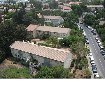 רמת אביב ''הירוקה''. מבנים שבמקור היו אחידים, ותוספות הבנייה עיוותו (צילום: מיכאל יעקובסון)