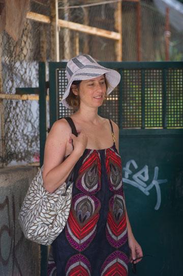 כובעים בדרכים: רוית לוין, עם כובע ב-70 שקל (צילום: ערן סלם)