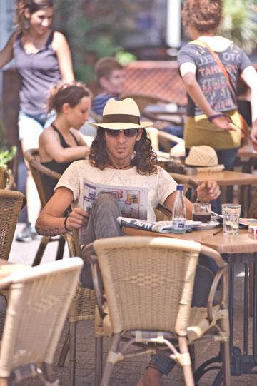 כובעים בדרכים: רולנד, עם כובע שקנה בשינקין (צילום: ערן סלם)