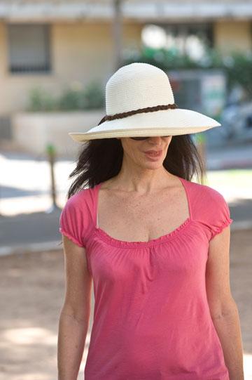 כובעים בדרכים: שרית דניר, עם כובע ב-20 שקל (צילום: ערן סלם)