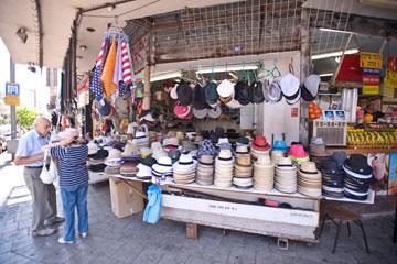 דוכן הכובעים בשינקין-אלנבי. מחירים נוחים (צילום: ערן סלם)