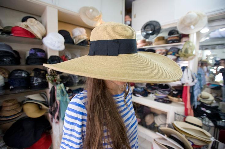 הדס שואף וכובע הקש רחב השוליים בדליה כובעים. רובנו אולי לא מרגישים בנוח עם כובע מעוצב, אך המציאות של יולי-אוגוסט לא משאירה לנו ברירה (צילום: ערן סלם )