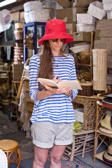 כובע בד אדום, 60 שקל, רהיטי במבוק (צילום: ערן סלם )