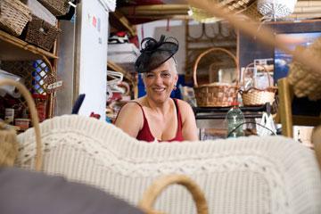 גליה גדליהו, בעלת רהיטי במבוק, עם כובע ב-70 שקל (צילום: ערן סלם )