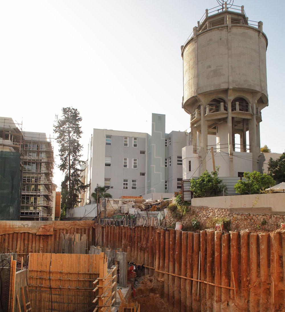 חופרים במסגרת העבודות של ''לנוקס'' בפינת אחד העם ונחמני. מימין: מגדל המים ברחוב מאז''ה. משמאל: עבודות הגמר על מלון ''נורמן'' שעבר שימור מקיף (צילום: אמית הרמן)