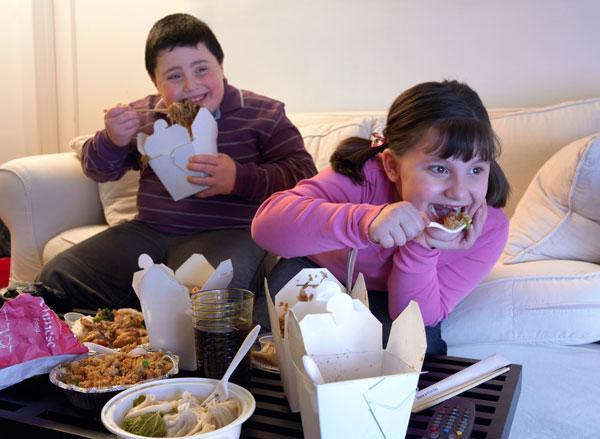מבלים באכילה מול הטלוויזיה (צילום: Thinkstock)
