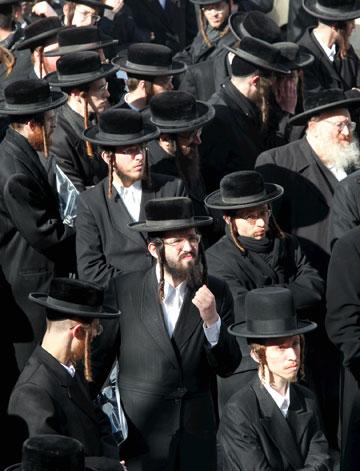 גם בהצעת החוק החדשה, החרדים יוכלו להמשיך ולרכוש פרווה לכובעי השטריימל מתוקף הסטטוס קוו (צילום: עמית שאבי)