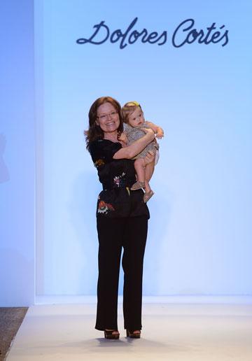 המעצבת דולורס קורטז עולה על המסלול עם התינוקת ולנטינה גואררו הלוקה בתסמונת דאון (צילום: gettyimages)