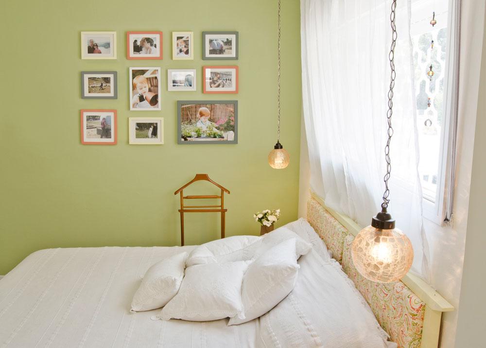 מיטת ''איקאה'' שגרתית נצבעה צהוב, רופדה ושינתה את פניה. המנורות נמצאו בזבל והקיר נצבע ירוק ונתלו עליו תמונות משפחתיות (צילום: שחר לוי)