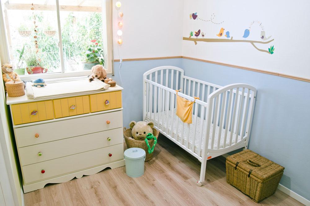 חדר התינוק גם הוא בפלטת הצבעים החוזרת בדירה (צילום: שחר לוי)