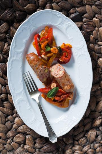 תבשיל פלפלים עם נקניקיות צ'וריסו (צילום: דן חיימוביץ', כלים: ''ארטמיס'' קיבוץ מעברות)