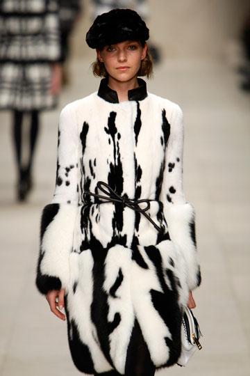 מעיל פרווה בתצוגה של ברברי (צילום: אתר www.fur-style.com )