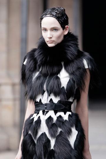 בגדי פרווה בתצוגת האופנה של אלכסנדר מקווין (צילום: אתר www.fur-style.com )