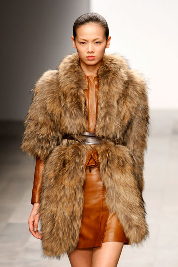 מעיל פרווה בקולקציה של אמנדה ווייקלי (צילום: אתר www.fur-style.com )