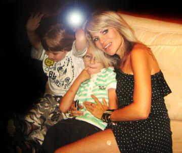 ג'יין הלוי עם שני ילדיה. ''בגיל 6 עשיתי את הקישור בין המבורגר לפרה'' (מתוך אלבום פרטי של ג'יין הלוי)