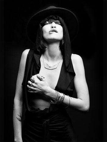 הסטיילינג של עידן לרוס, הדוגמנית: דנה פרימן, אחת מחברותיו הטובות (צילום: דין אבישר)