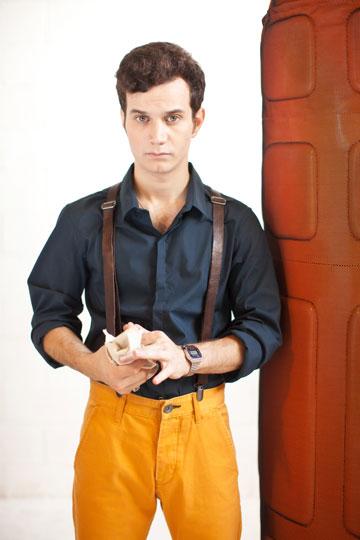 """מיכאל מושונוב על שער """"לגבר"""" (צילום: כפיר חרבי)"""