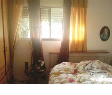 חדר השינה ''לפני''. ארון קיר ישן דחק את המיטה לפנים החדר. למטה: ארון הקיר בוטל והמיטה מוקמה מתחת לחלון (צילום: שחר לוי)