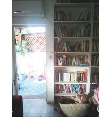 דלת היציאה המקורית מהסלון לחצר, ''לפני''. למטה: הפתח הורחב במטר והדלת הוחלפה והפכה שקופה ובהירה (צילום: שחר לוי)