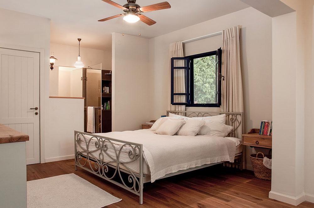 צבעים רגועים, מצעים חלקים מבד טבעי ומיטה עם גישה משני הצדדים. חדר שינה שעיצבה עדי עמית פרימן (צילום: אביב קורט)