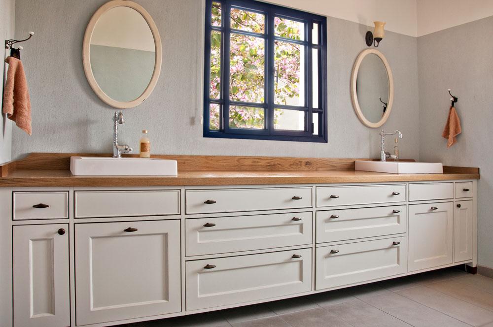 כיוון שחדר הרחצה מיועד להתנקות ולהתרגעות, כדאי לבחור בקו נקי ובצבעים בהירים ומרגיעים. חדר נוסף בבית שעיצבה פרימן (צילום: אביב קורט)