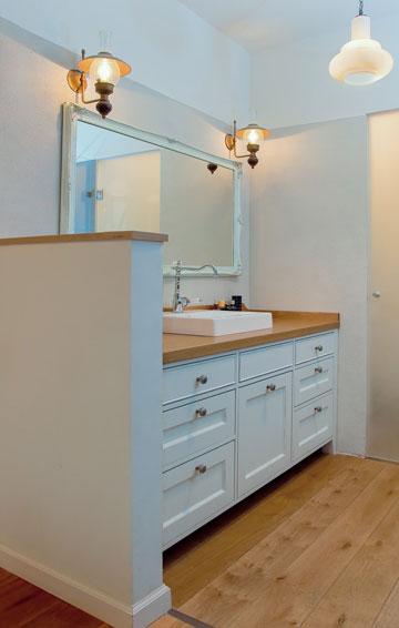 אפשרו לאוויר נקי להיכנס ולאור טבעי לטעון את החדר באנרגיה. חדר רחצה בעיצובה של עדי עמית פרימן (צילום: אביב קורט)