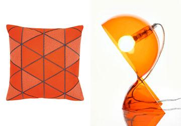 כדאי לשלב בחדר השינה פריטים כתומים – צבע שמעורר תשוקה וחושניות (מנורה: קמחי תאורה, מ־626 שקל; כרית: רנבי, מ־360 שקל)