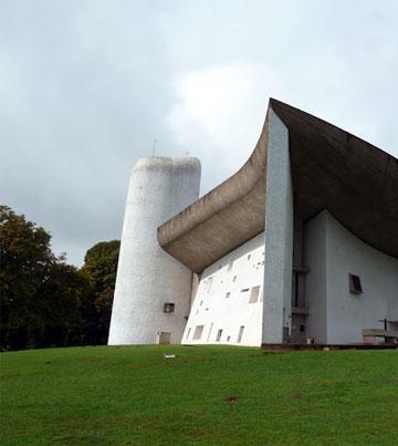 כנסיית רונשאם בצרפת, אחד המבנים הנודעים של לה קורבוזיה (צילום: נטע אחיטוב)