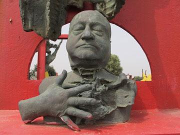 בגן הפסלים של יגאל תומרקין (צילום: מיכאל יעקובסון)
