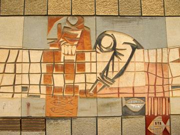פרט מציור הקיר בחזית בית קרפ (צילום: מיכאל יעקובסון)