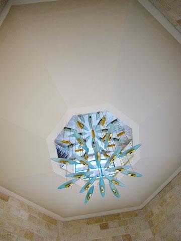 נברשת מקורית של דורה גד בבית גבריאל (צילום: מיכאל יעקובסון)