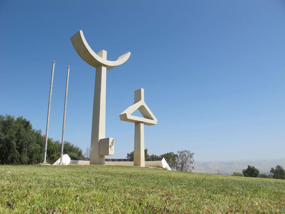 אנדרטה לתושבי העמק שנפלו במערכות ישראל, בירידה המזרחית מבית שאן. האדריכלים אל מנספלד ומוניו גיתאי-וינראוב דמיינו אם הזועקת על בנה שנפל (צילום: מיכאל יעקובסון)
